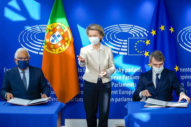Green recovery deal: a masked ceremony was held on Friday (Photo: DAINA LE LARDIC © European Union 2021 - Source: EP)