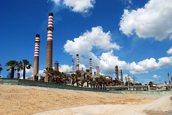 Energy, oil refinery, Puente Mayorga, Spain (photograph: ArenaPhotoUK/123RF)
