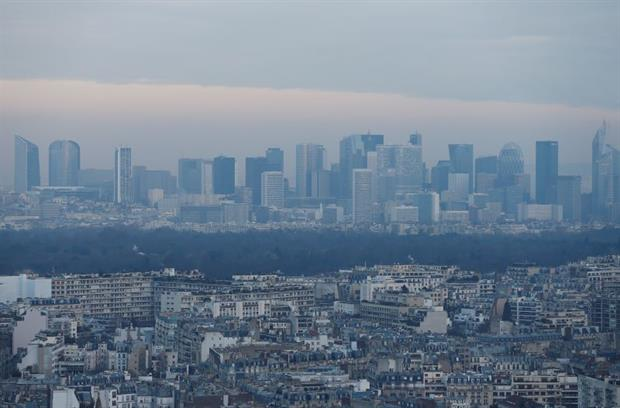 Paris' La Defense business district surrounded by high levels of air pollution, December 2016. Photo: Chesnot/Getty Images