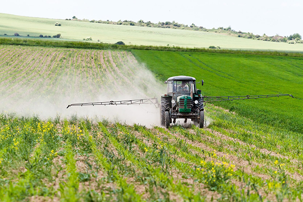 Chemicals, crop spraying (photograph: Błażej Łyjak/123RF)