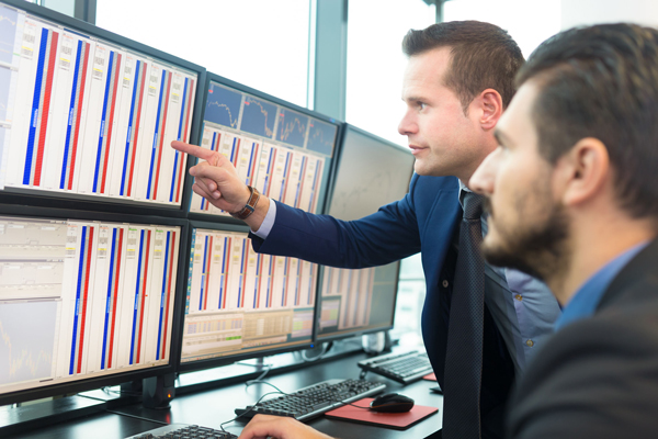 Climate / Markets: Financial traders look at computer screens (photograph: Katso/123RF)