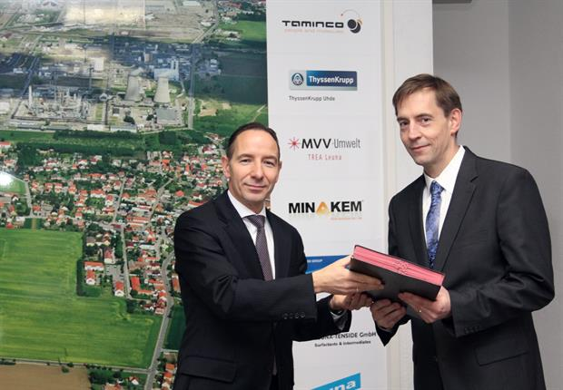 Christof Günther (InfraLeuna - left) and Hansjörg Roll (MVV)shake hands on the deal. Picture: MVV