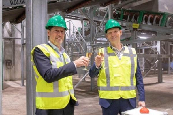 Twence's Marc Kapteijn and alderman Erik Volmerink open the plant