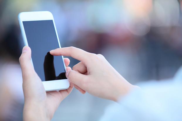 Smartphone consultation (Photo: iStock.com/fatesun)