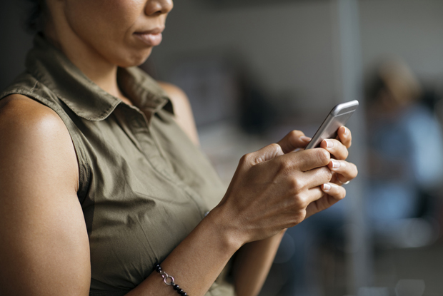 Smartphone consultation (Photo: iStock.com/mihailomilovanovic)