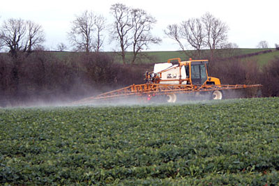 Tractor spraying crop (credit: Kate Jewell / Creative Commons Licence)