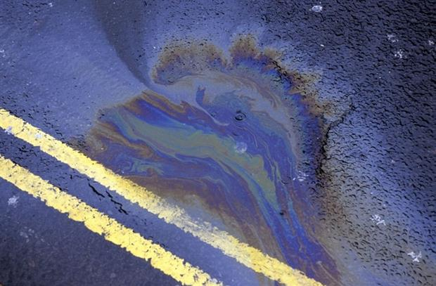 Water and oil mixing on the road. Paul ridsdale pictures / Alamy