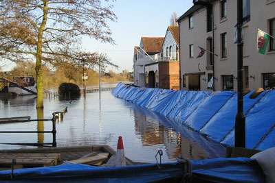 Temporary flood barrier in Oxfordshire. Credit: Environment Agency