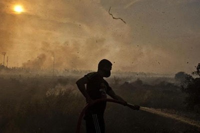 Firefighter battling forest fire in Indonesia (photograph: Ulet Ifansasti/Greenpeace)