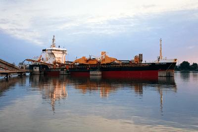 A dredging ship unloading in north Greenwich, London (photograph: Milan Gonda/123RF)