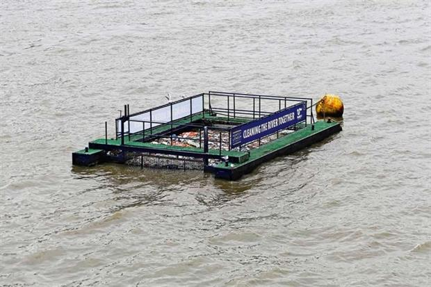 Barge cleaning the river Thames in London (photograph: Baloncici/123RF)