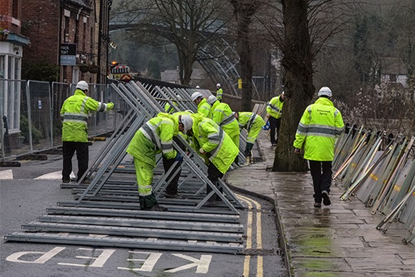EA staff putting up Ironbridge demountable flood barriers