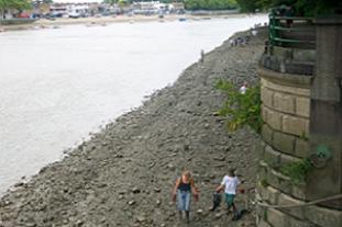 Volunteers clean up the Thames riverside. Pic: HW
