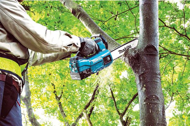 Light and compact: 2.8kg DUC254Z-18V intended for use by operators when climbing - image: Makita