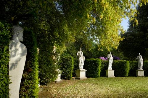 Exedra, designed by William Kent at Chiswick House Gardens. Photo: Richard Bryant