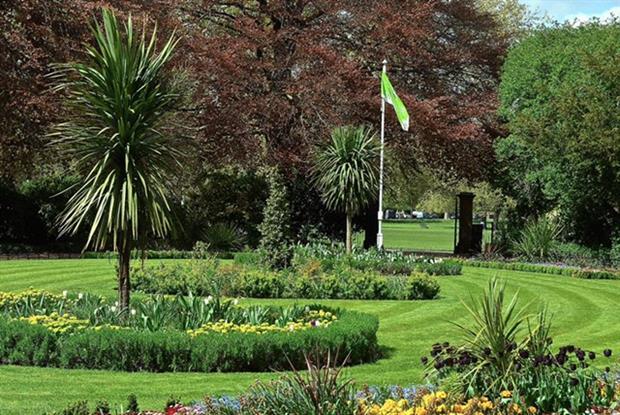 The Green Flag flying at Peckham Rye Park in Southwark -idVerde