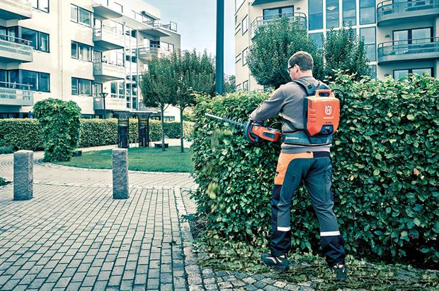 Battery: 536LiHD70X 36V trimmer has a high-torque motor and pivoting rear handle - image: Husqvarna