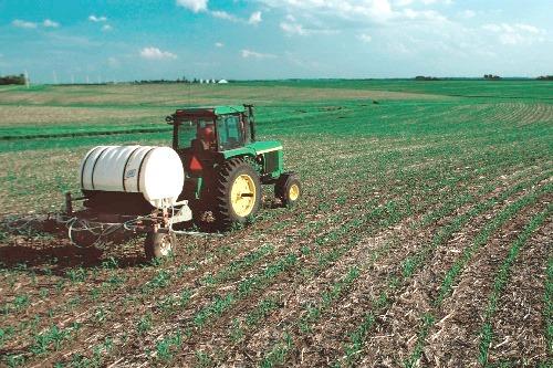 Tractor spreading nitrogen fertiliser - image: eutrophication&hypoxia