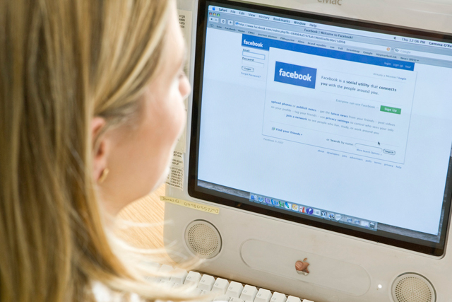 Facebook: students broadcast new via social networks