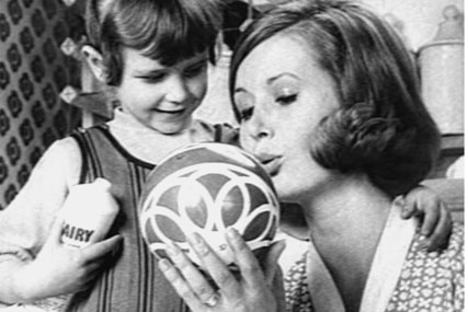 Fairy: reintroduces iconic white bottle