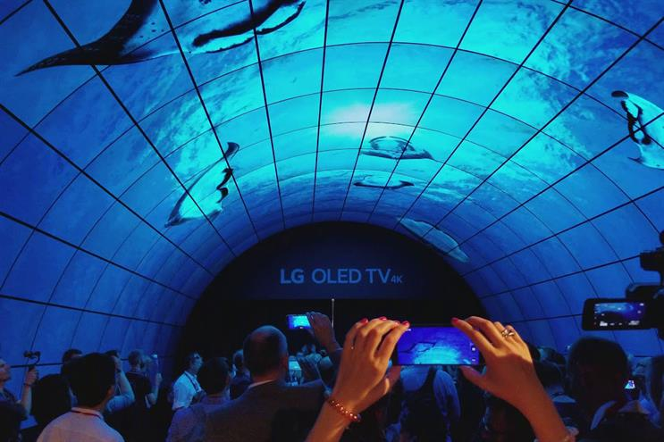 Impressive installations: LG's walk through tunnel