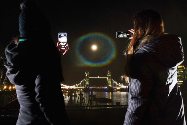 OnePlus: Light projection recreated a moonbow
