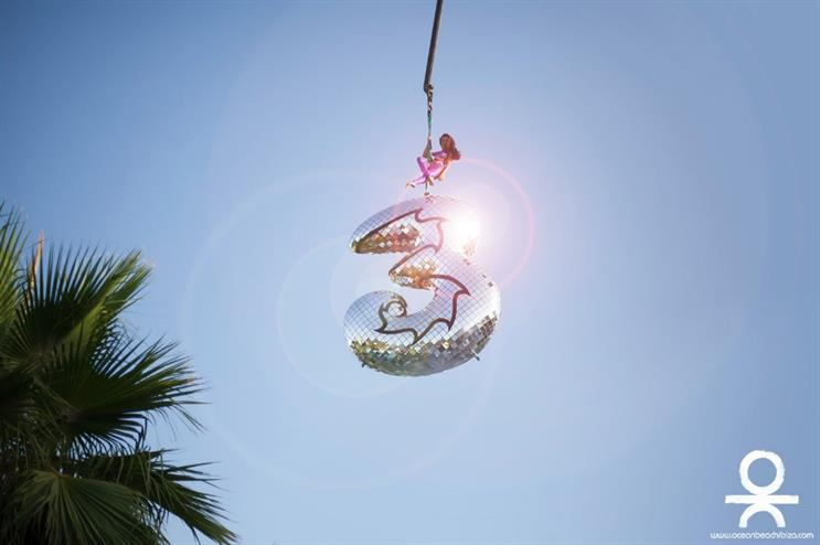 Three Mobile: glitter effect for its beach party in Spain