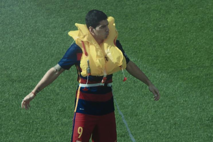 Qatar Airways: Suarez demos lifejackets for Qatar Airways