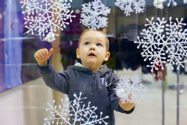 What's the point of the traditional Christmas shop window?