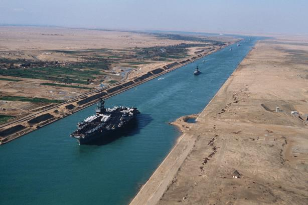 An American aircraft carrier in the Suez Canal (Image via Wikipedia commons).