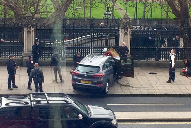 The immediate aftermath of the terrorist attack last Wednesday in Westminster (pic credit: ©Lukesteele4 via Twitter)
