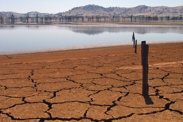 Australia's Lake Hume parched by drought. Image via Tim J Keegan / Flickr; used under the Attribution-ShareAlike 2.0 Generic license. Cropped from original