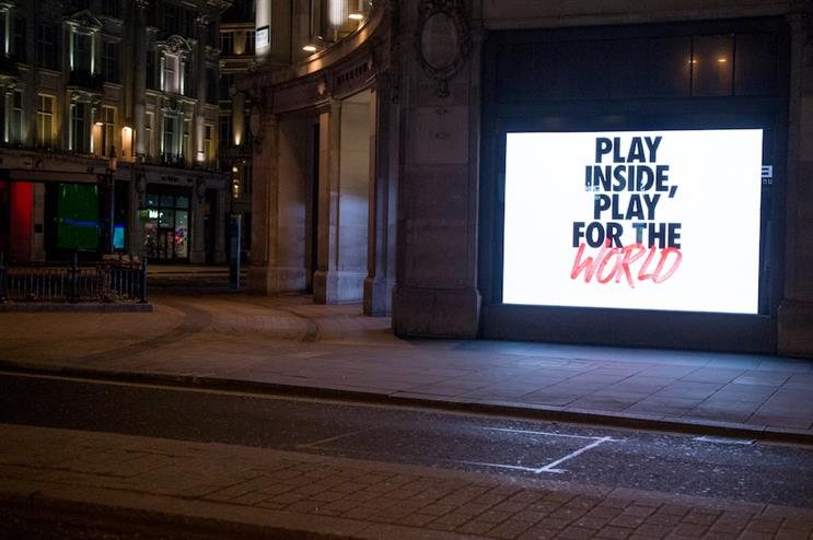 A Nike coronavirus ad runs in London. (Photo credit: Getty Images).