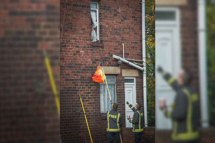 Firefighters deliver shopping to an elderly woman in Rotherham (Pic credit: Rich Sayles)