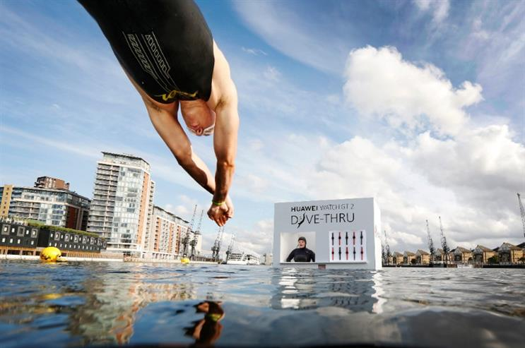 A brave swimmer times his dive to perfection to grab a submerged Huawei smartwatch.