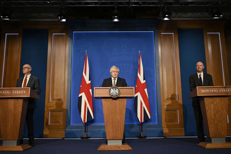 英国首相鲍里斯·约翰逊(中)与帕特里克·瓦兰斯爵士(左)和克里斯·惠蒂教授在周一的新闻发布会上(摄影:WPA Pool/Getty Images)