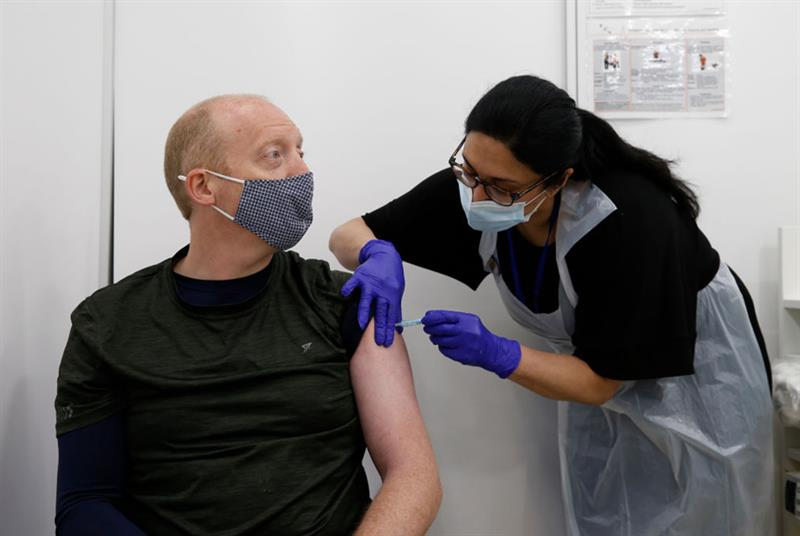 COVID-19 vaccination (Photo: Hollie Adams/Getty Images)