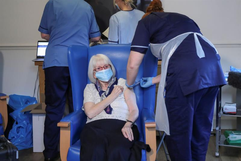 Care home resident Margaret Keating, 88, receives vaccine in Scotland (Photo: Russell Cheyne/WPA Pool/Getty Images)