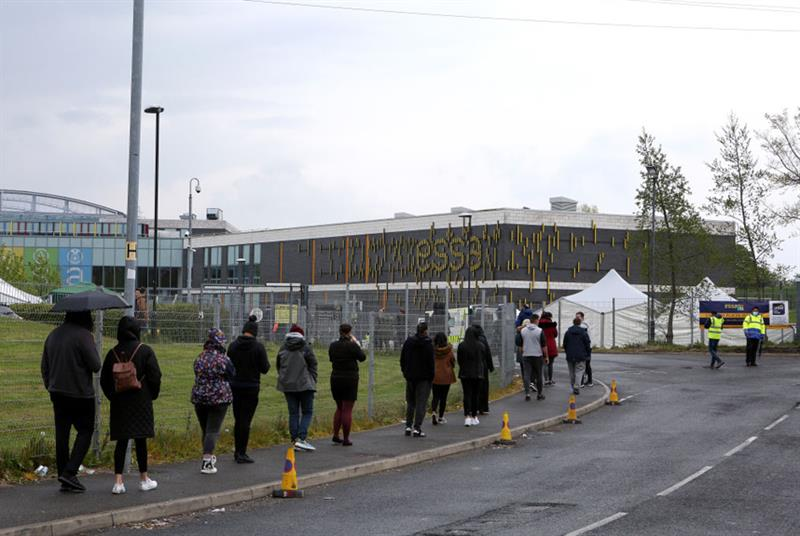 Queue for COVID-19 vaccination in Bolton (Photo: Charlotte Tattersall/Getty Images)
