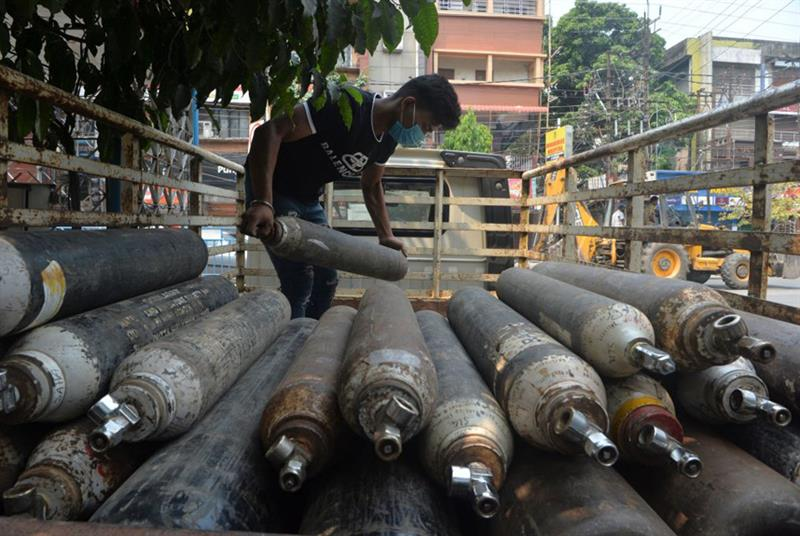 Unloading oxygen cylinders for refill (Photo: Diptendu Dutta/AFP/Getty Images)