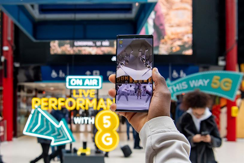 EE: commuters given devices to watch Bastille performance
