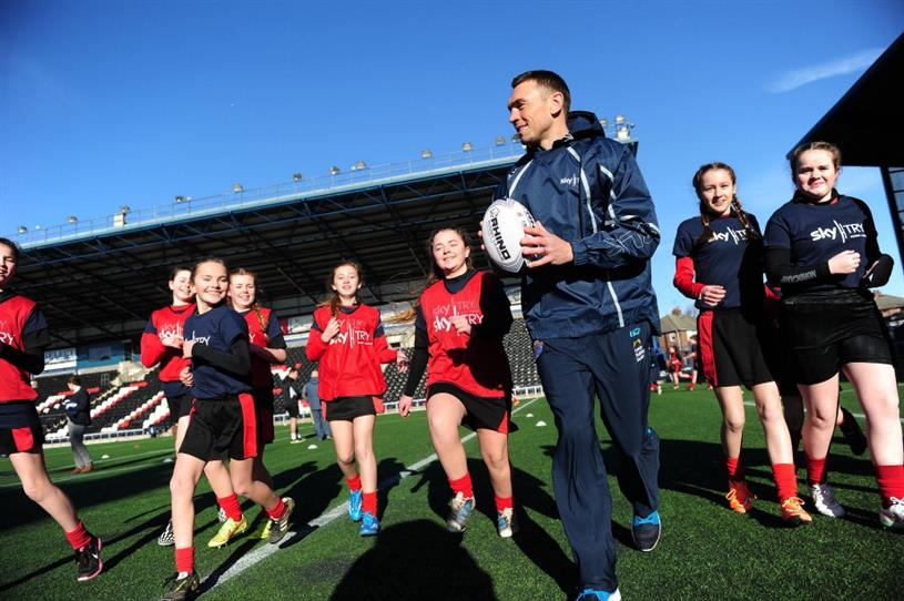 Sinfield put young rugby fans through their paces
