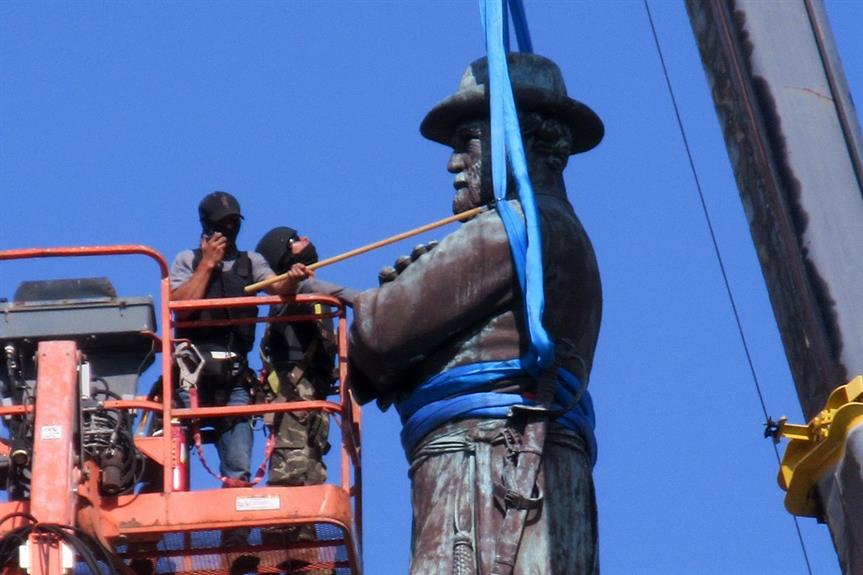 Removal of a statue of Confederate leader Robert E Lee in New Orleans, USA in 2017 - image: Infrogmation of New Orleans / Wikimedia (CC BY-SA 2.0)