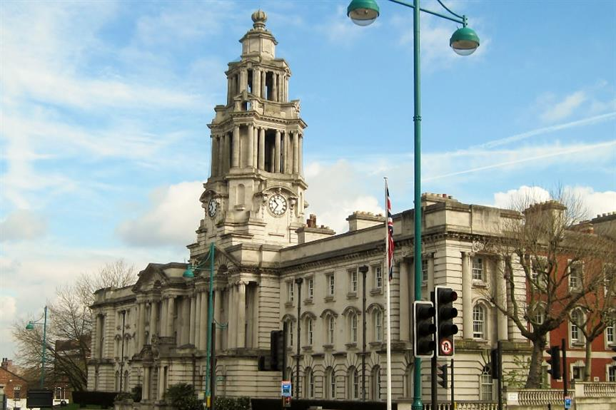 Stockport town hall - image: Tricia Neal / geograph (CC BY-SA 2.0)