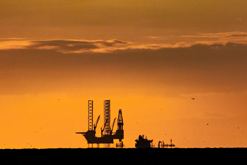 Oil rig at dusk: under the central IEA scenario, oil demand will start to decline from the mid 2020s (Image: Nico Franz / Pixabay)