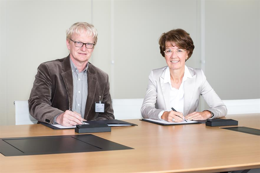 Dr Marie-Luise Wolff-Hertwig (right) and Micha Jost of Starkenburgring eG sign the plant's lease