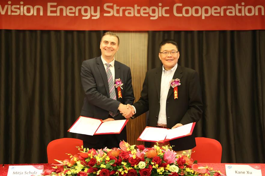 Mitja Schulz, head of ZF Wind Power, and Xu Gang, global VP of Envision Energy, sign the collaboration agreement