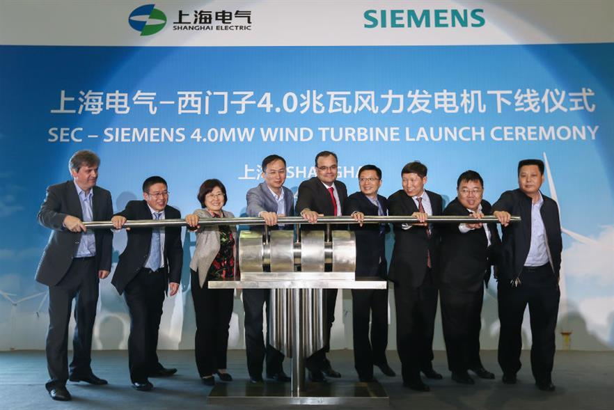 Siemens Wind Power chief executive Markus Tacke (centre)