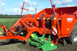 The Grimme GL 24T potato planter is used with the Amazone KE rotary harrow - photo: Amazone