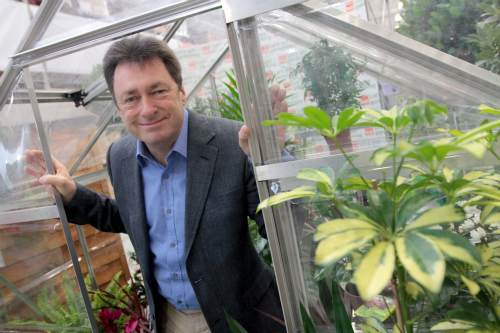 Alan Titchmarsh lends a hand for Re-Leaf day - image: B&Q